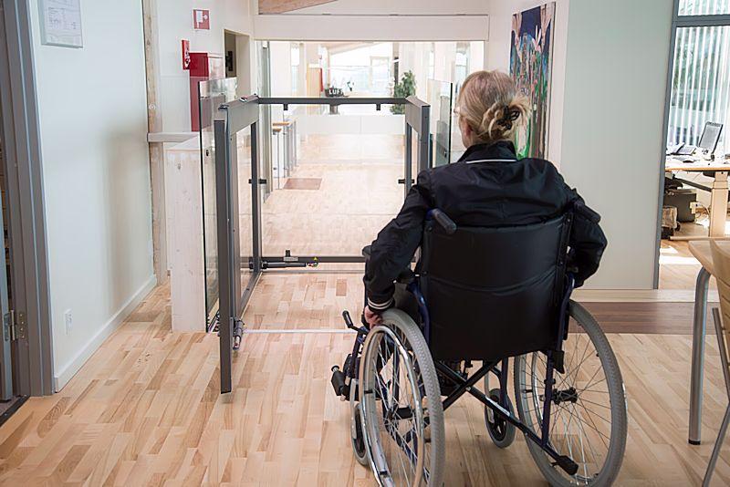 plateaulift-h-1250-met-rolstoeler-800x534