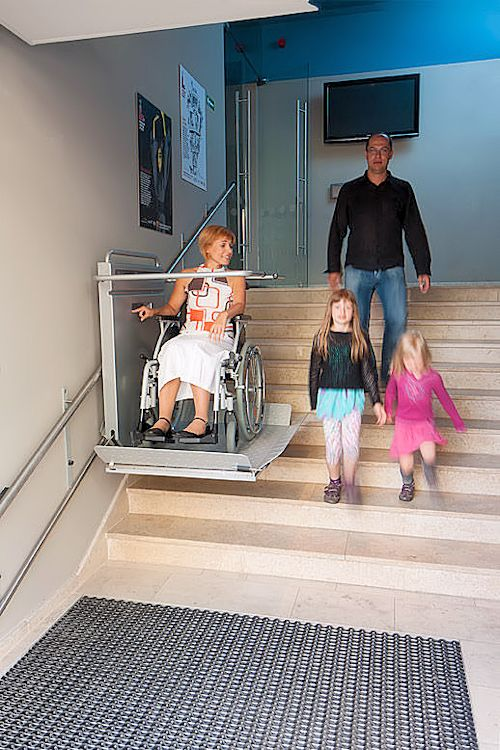 plateaulift-voor-de-trap-traplift-familie-500x750