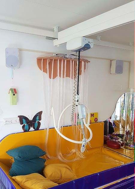 plafondlift-domicare-transactive-met-kanteljuk-bij-snoezelkussen-450x633
