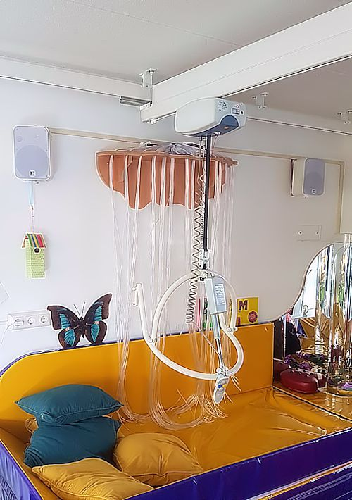 plafondlift-domicare-transactive-met-kanteljuk-bij-snoezelkussen-500x710
