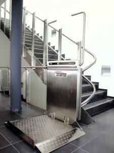 plateaulift-voor-trap-met-bochten-500x667